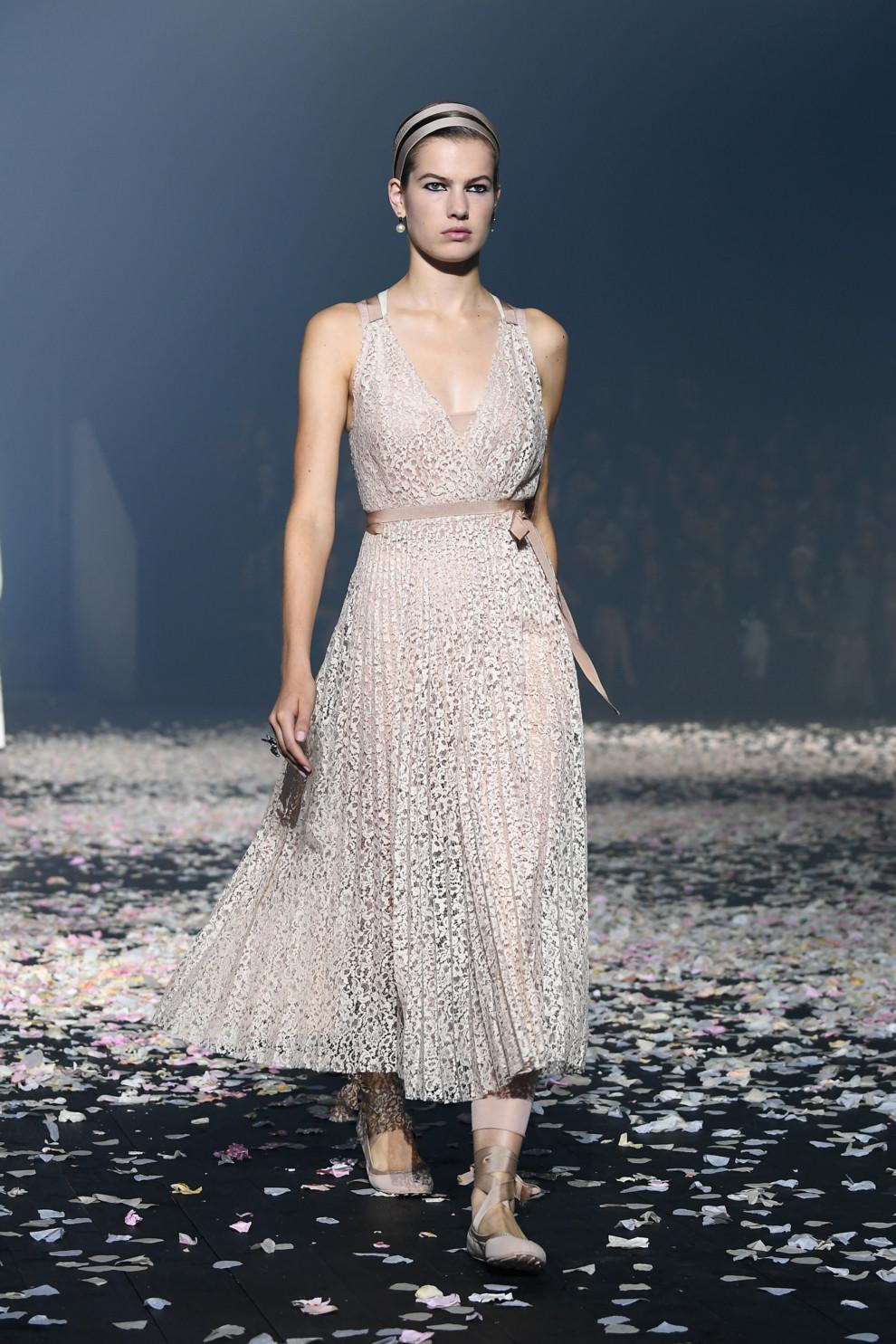 5ba8ff2e54516 - Старт Недели моды в Париже: Christian Dior весна-лето 2019
