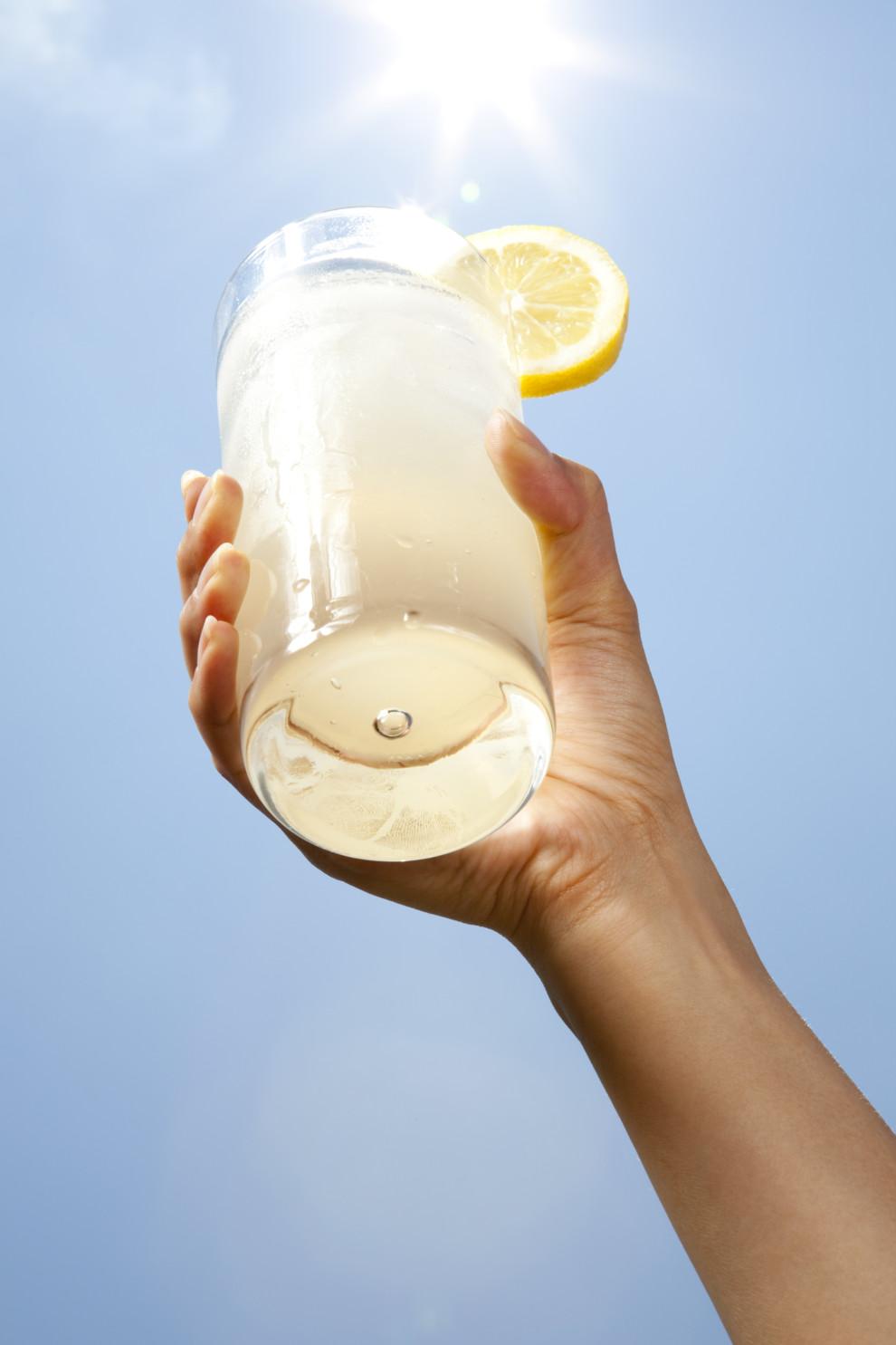 Стакан лимонада в руке - лучшее, что есть летом.