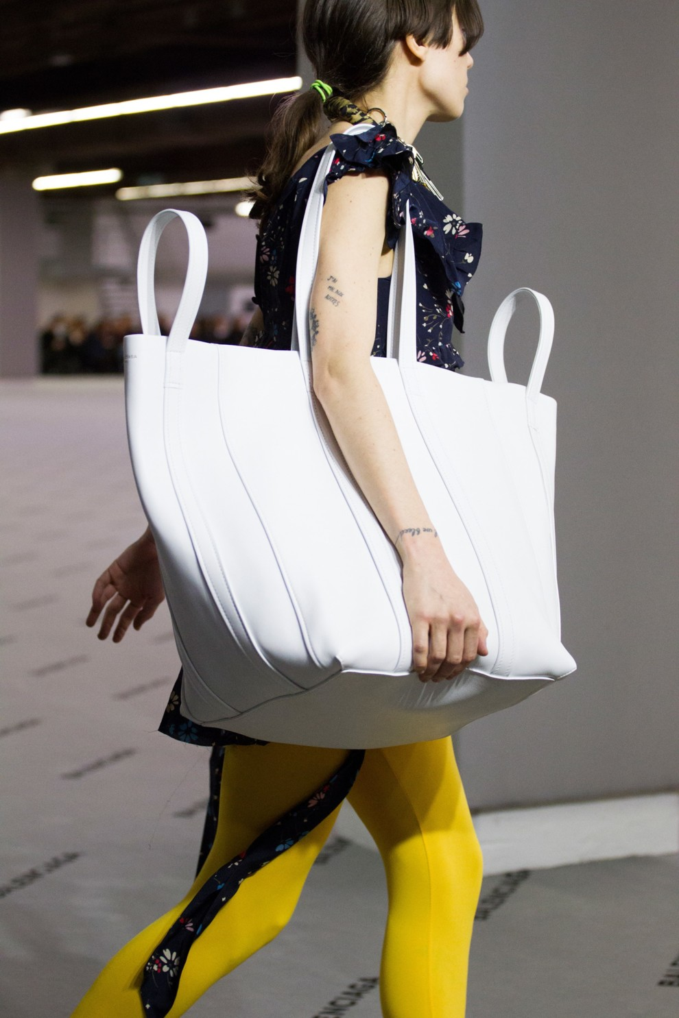 89c7773e50fe На светлой стороне: 15 белых сумок для серых будней | Vogue Ukraine ...