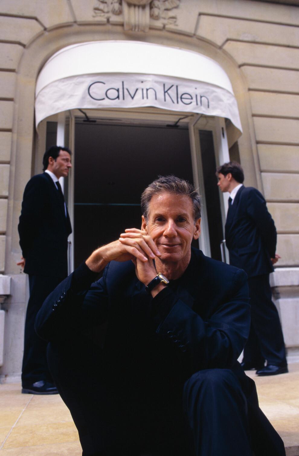 Кельвин Кляйн возле своего бутика Авеню Монтень в Париже, 1997