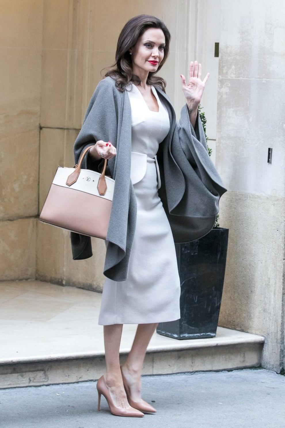 5b83d13b9c701 - Свежий взгляд на стиль Анджелины Джоли: скука, или современный пуризм