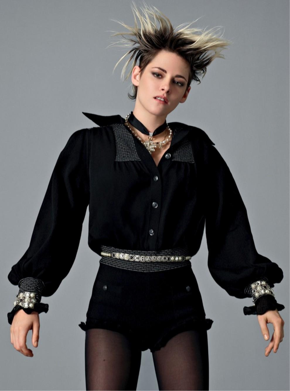 Кристен Стюарт в черном костюме