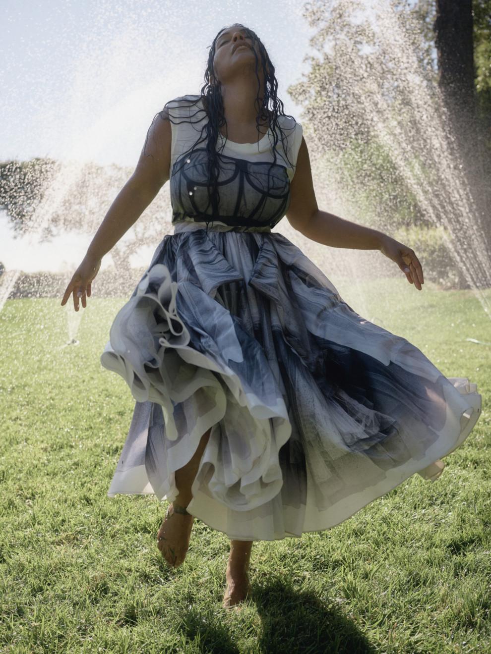 Streetstyle: большое возвращение чайных платьев | Vogue