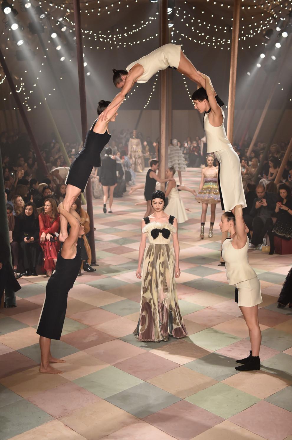 5c46dc53ec7ff - Плечом к плечу: Dior Couture весна-лето 2019