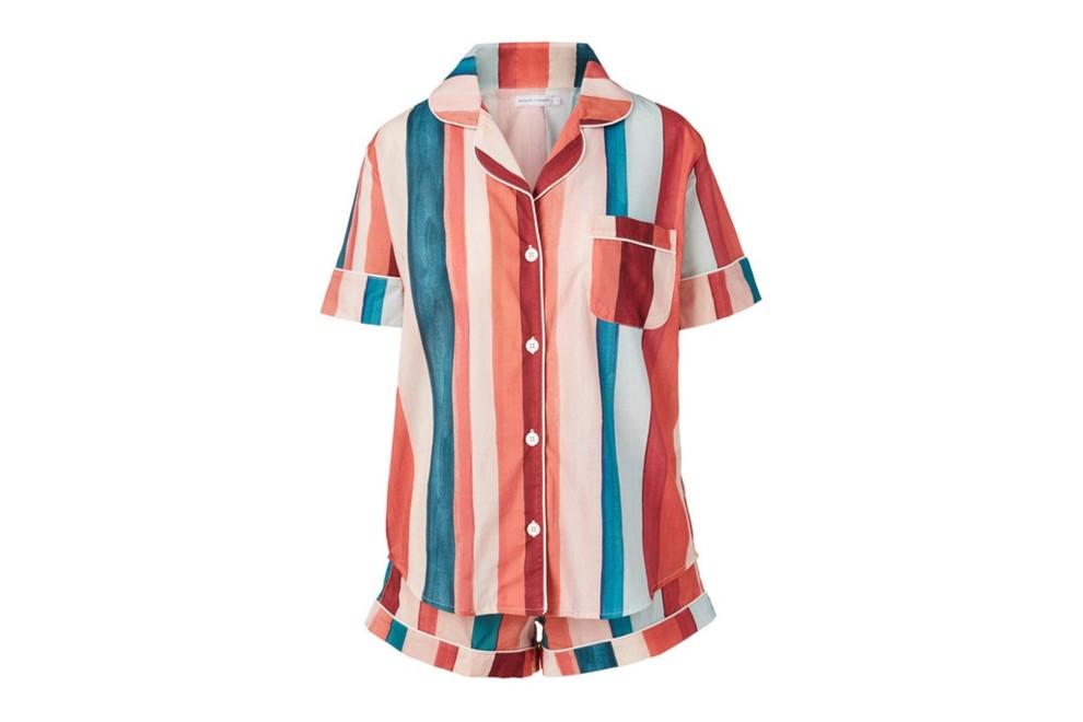 Яркая полосатая пижама из хлопка.