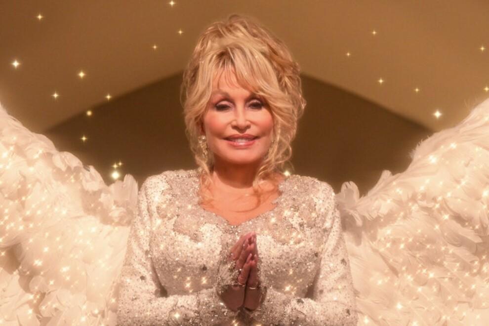 Долли Партон в фильме Dolly Parton's Christmas on the Square