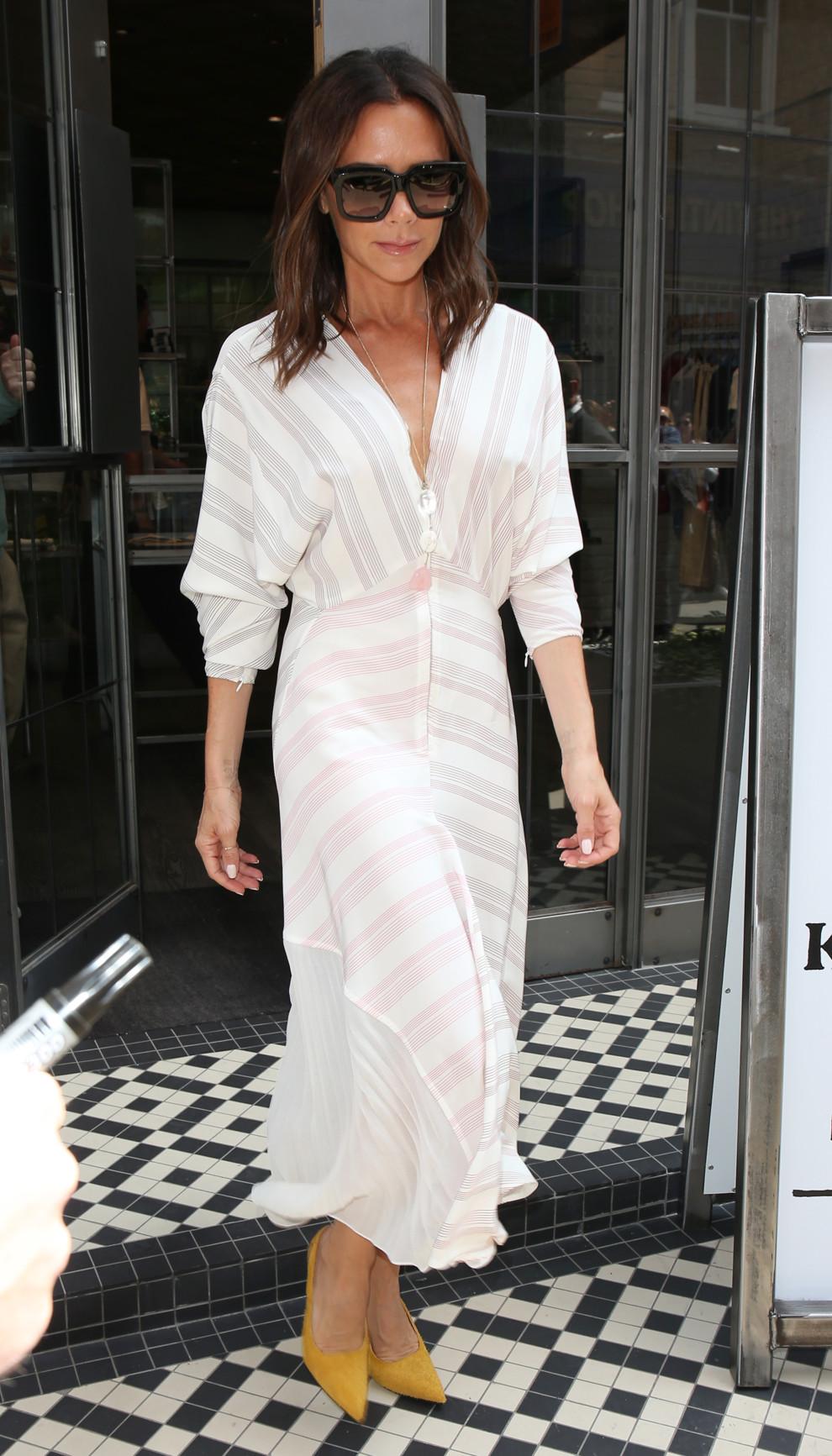 59ccb73d97086f Вікторія Бекхем рекомендує: легка сукня + яскраві човники | Vogue ...