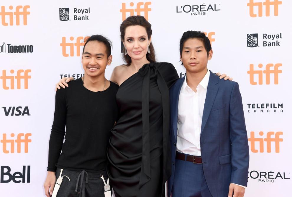 Папарацци засняли, как анорексичная Анджелина Джоли уплетает фастфуд наулице
