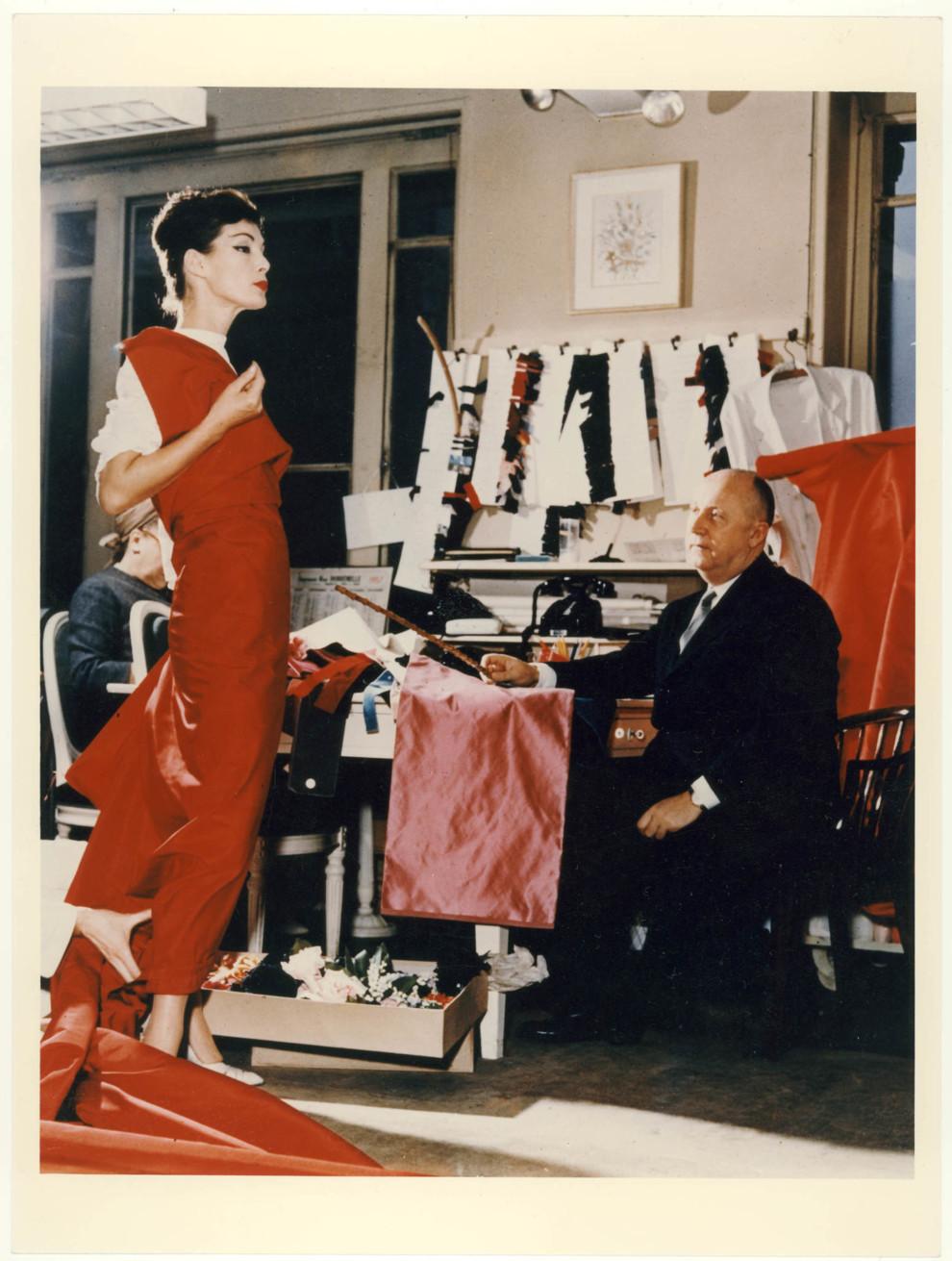 Найбільша в історії виставка про Будинок Dior  23d35805cce18