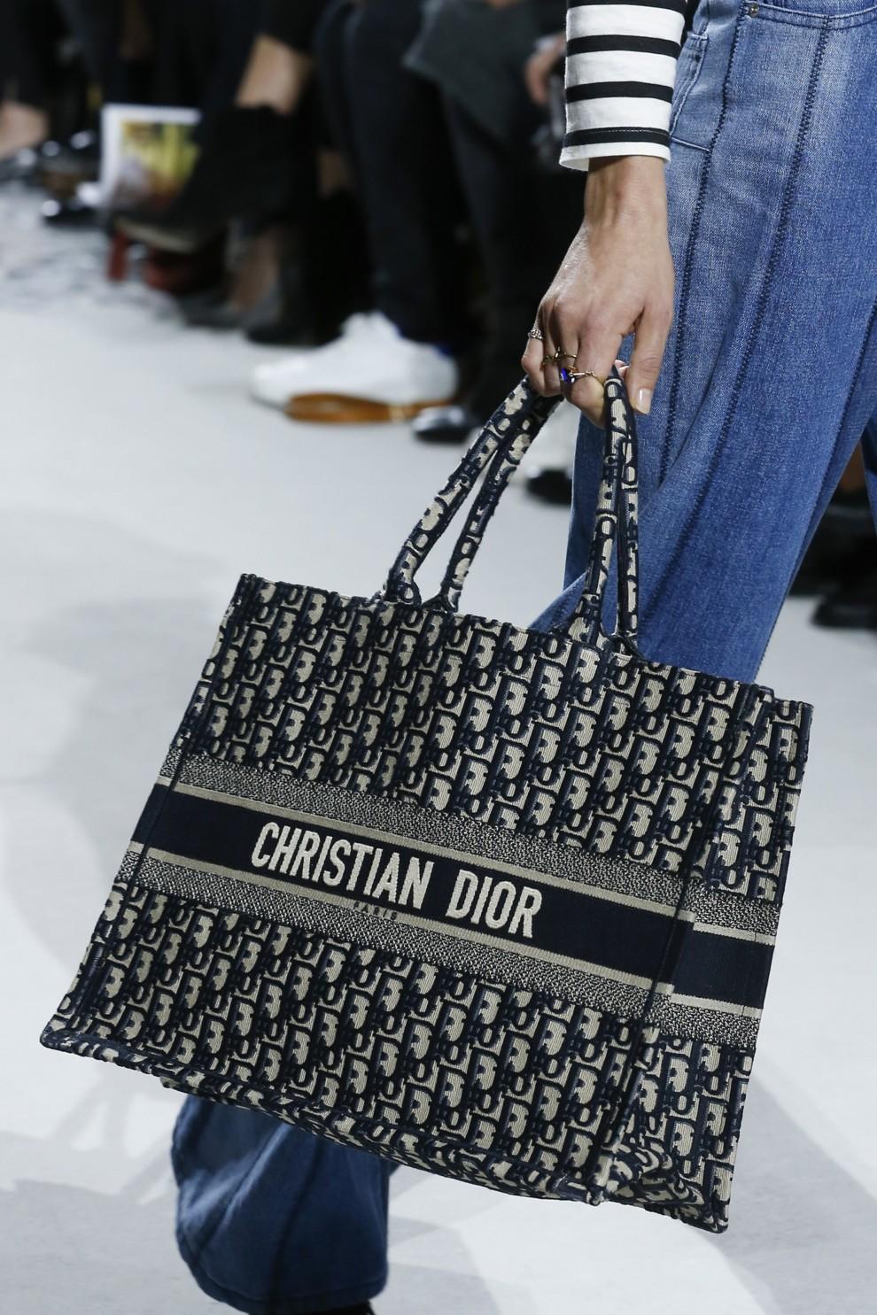 b61b4c7b4568 Секреты создания сумки Dior Book Tote   Vogue Ukraine