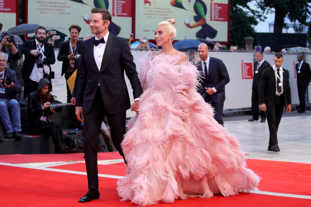 c2b98c7800149e Бредлі Купер і Леді Гага. Бредлі Купер прилетів до Венеції на свою першу  червону доріжку в ролі режисера з серйозною групою підтримки – Іриною Шейк  і їх ...