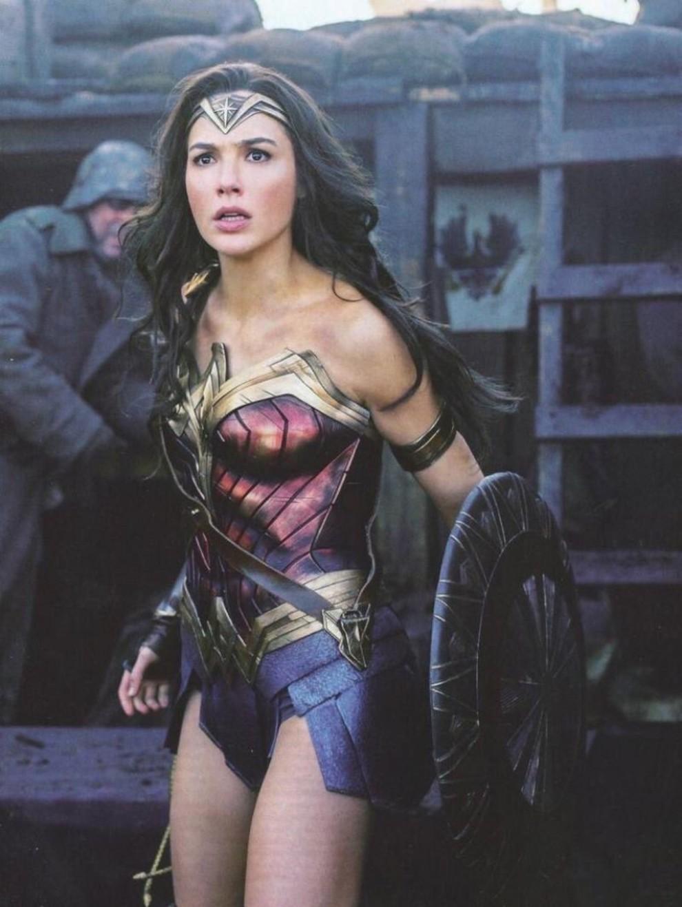 Модный мир комиксов  кто создает костюмы для супергероинь  96902d18f9501