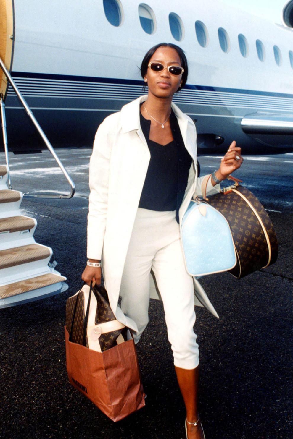 a259165b4298 В 1997 году Марк Джейкобс был назван креативным директором Louis Vuitton.  Назначение американца принесло новую жизнь монограмме. Он сделал новую  коллекцию ...