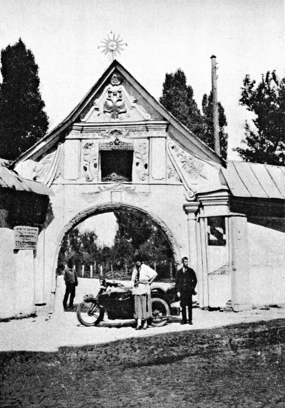 Клэр Шеридан возле ворот Михайловского монастыря