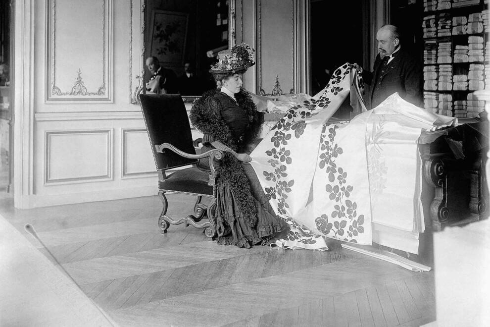 Выбор ткани парижским топ-дизайнером Чарльзом Фредериком Уортом, 1907