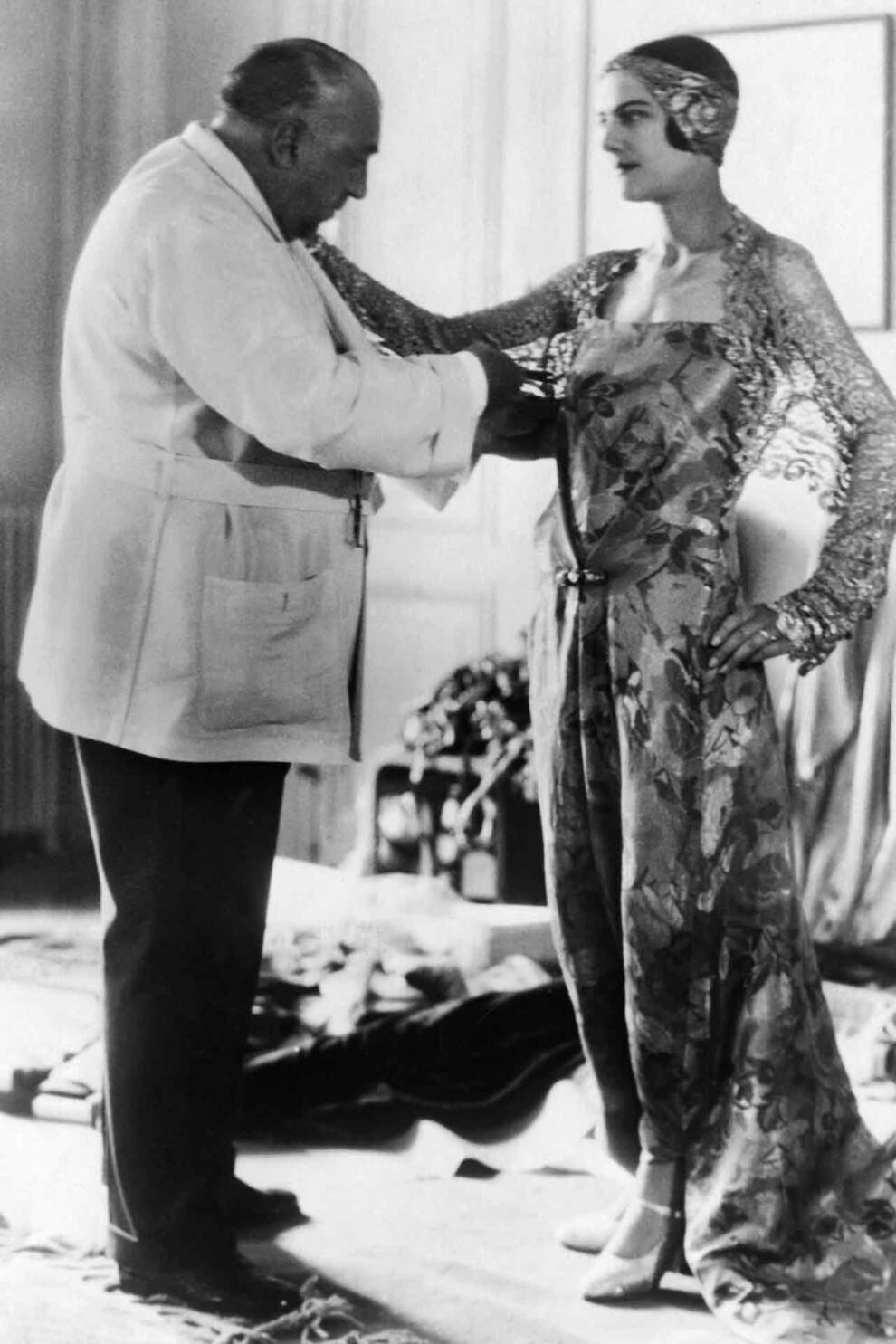 Всемирно известный парижский модельер Поль Пуаре во время примерки одного из своих платьев, 1930