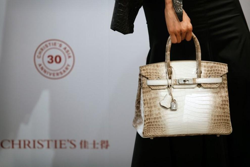 ee7064bde50c Также одним из самых ценных лотов считается редкая сумка Hermès Kelly,  когда-то принадлежавшая Элизабет Тейлор. Помимо происхождения, сумку также  отличает и ...