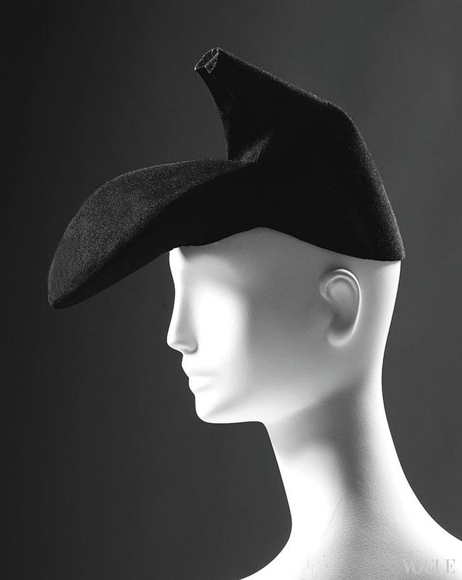 Шляпа Эльзы Скиапарелли, весна-лето – 1937, на выставке Mode d'ici. Cr?ateurs d'ailleurs в Музее иммиграции, Париж, 2015