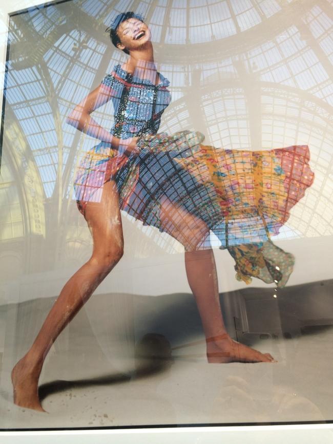Отражение стеклянного купола Гран-Пале на фотографии Линды Евангелисты в рекламной кампании Versace. Фото Сьюзи Менкес