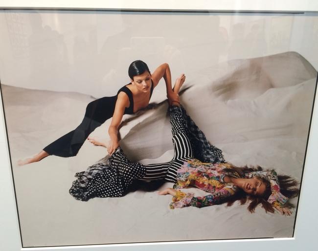Линда Евангелиста в черном платье и Стефани Сеймур в ярком принтованном комбинезоне. Фото Сьюзи Менкес