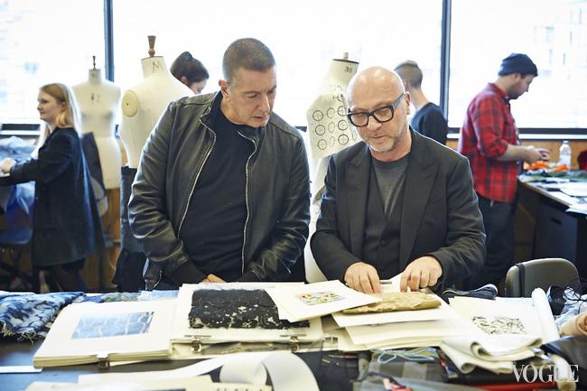 Стефано (слева) и Доменико (справа) смотрят работы студентов