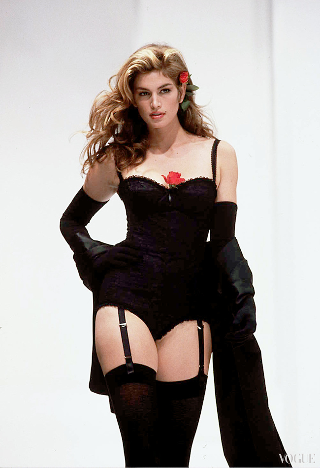 Синди Кроуфорд, в знаменитом корсете коллекции La Dolce Vita весна/лето 1992