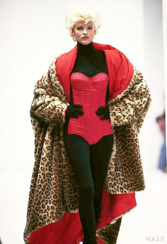 "Линда Евангелиста в нашумевшем корсете Dolce & Gabbana осень/зима 91/92, коллекция ""Пин-ап"""