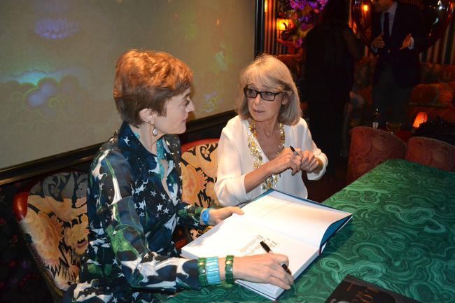 Наташа Фрейзер-Кавассони (слева) и Ариэль Равенель (справа) во время автограф-сессии
