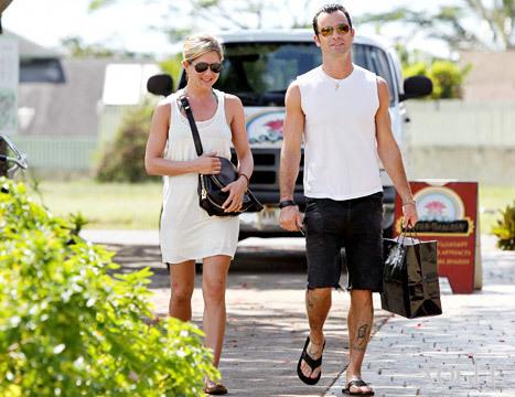 Дженнифер Энистон и Джастин Теру на Гаваях (2011)