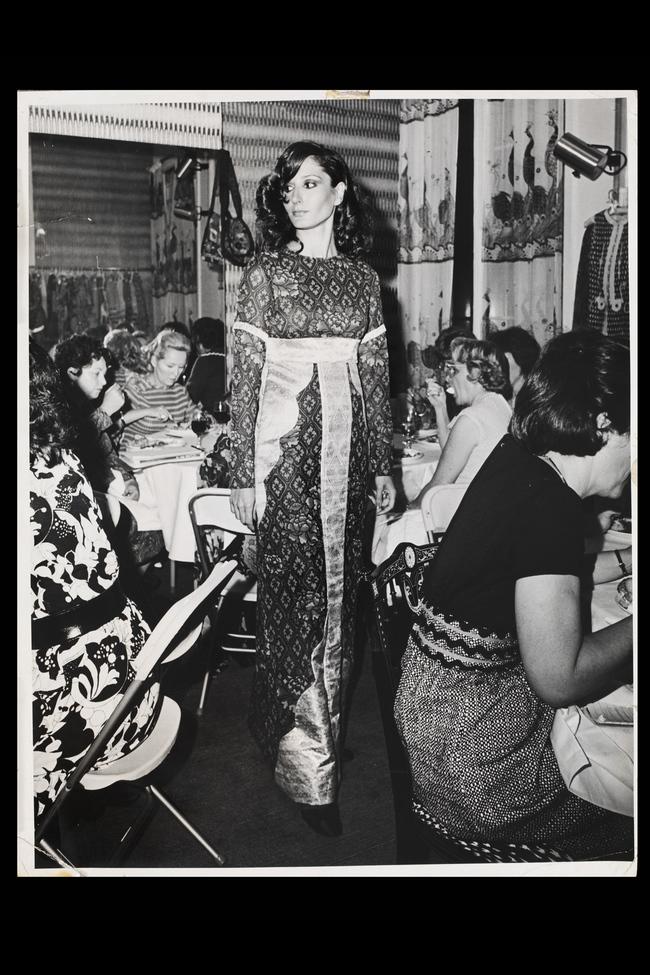 Модель в розовом платье из шелка с фрагментами парчи на обеде для журналистов в Нью-Йорке, июль 1971