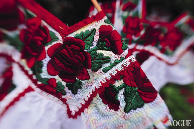 Пышные цветы и листья на платьях уйпил вышивают гладью. Мастериц за работой часто можно увидеть прямо на рынке