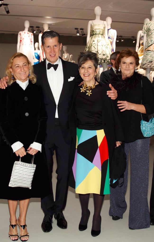 Слева направо: Миуччиа Прада с кураторами Стефано Тонки, Мария Луиза Фриза и Анна Маттироло