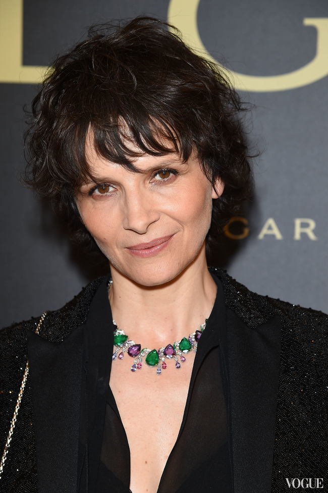 Juliette Binoche wears a necklace of emerald and pink diamon 'leaves' and 'buds' Bulgari Haut