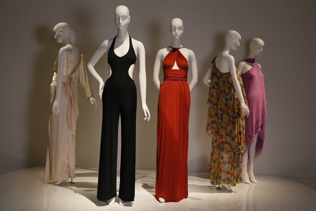 Комбинезон Halston, 1976 и платье Yves Saint Laurent, 1974