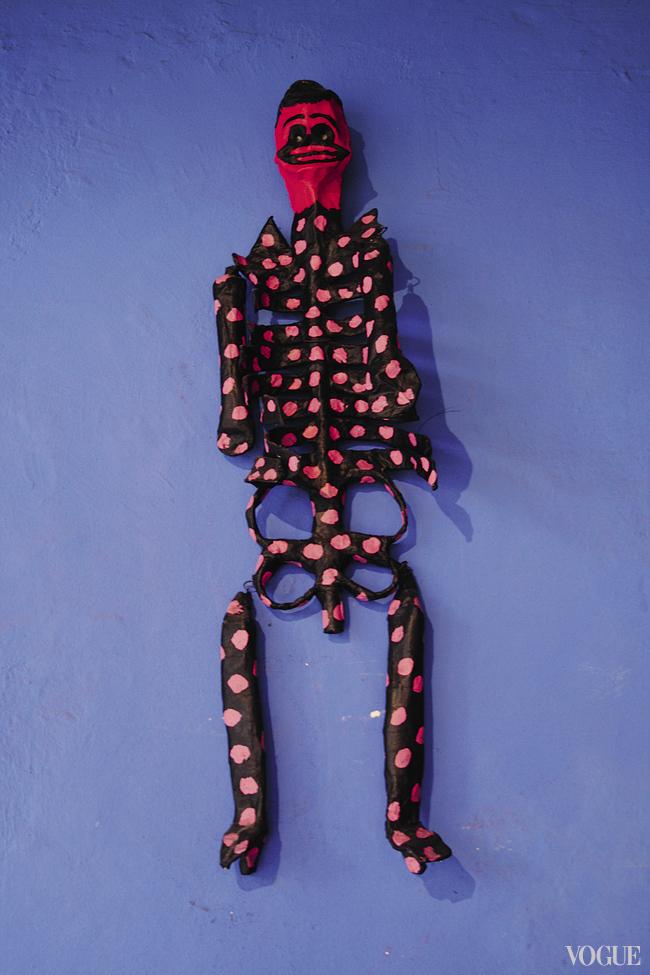 Старинная игрушка-скелет украшает интерьер дома Диего Риверы и Фриды Кало