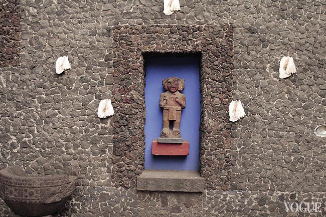 Древняя индейская статуэтка во дворе дома Риверы и Кало