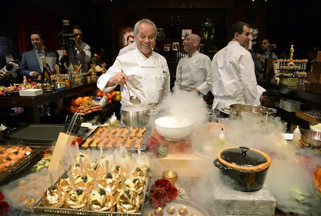 шеф-повар Вльфганг Пак готовит праздничный банкет