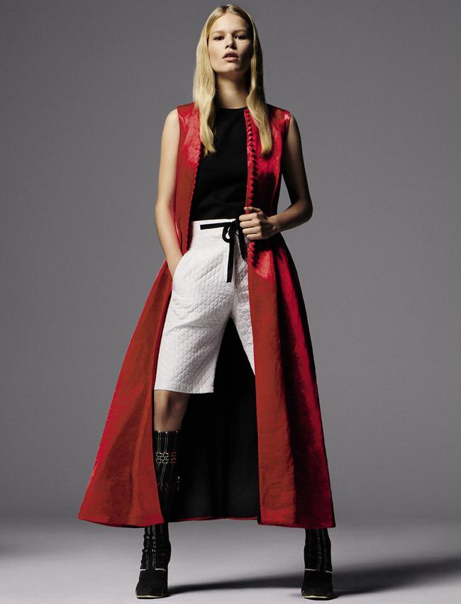 Атласное пальто, топ из хлопка, шорты из шелка, кожаные сапоги с вязаными вставками, все – Dior