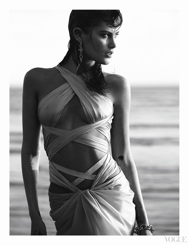 Атласное платье, Reem Acra; серьги, желтое золото; браслет, желтое золото, все – Diane von Furstenberg for H. Stern
