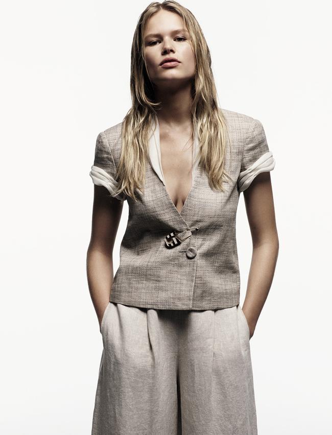 Льняной жакет со вставками из органзы, брюки изо льна, брошь, металл, эмаль, все – Giorgio Armani