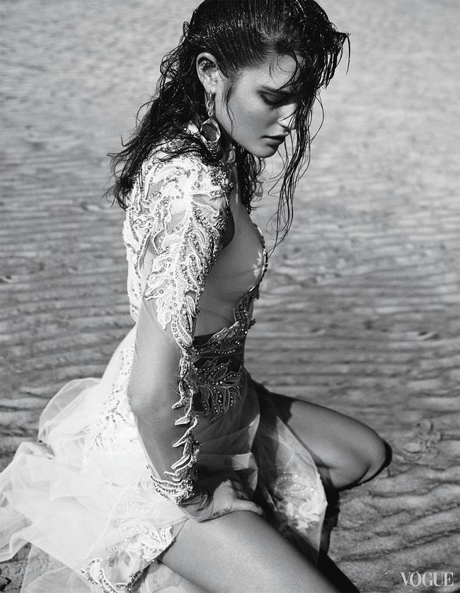 Шелковое платье, расшитое пайетками, Saint Laurent; металлический пояс, винтаж, Chanel, New York Vintage; серьги, желтое золото, кристаллы, Diane von Furstenberg for H. Stern; браслеты, желтое золото, Jules Smith