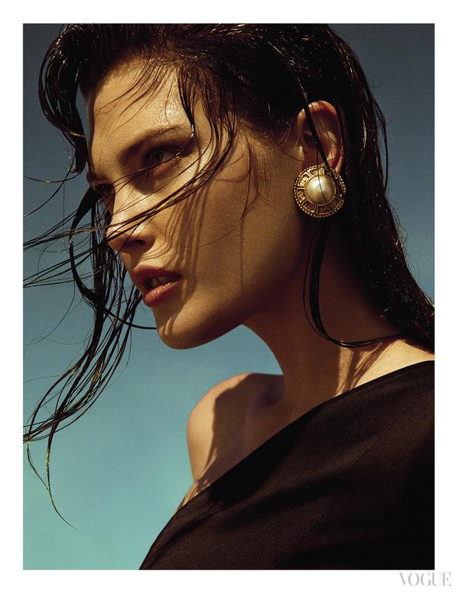 Кружевное платье, расшитое кристаллами, Francesco Scognamiglio; шелковый топ, Versace; серьги, желтое золото, кристаллы, Diane von Furstenberg for H. Stern