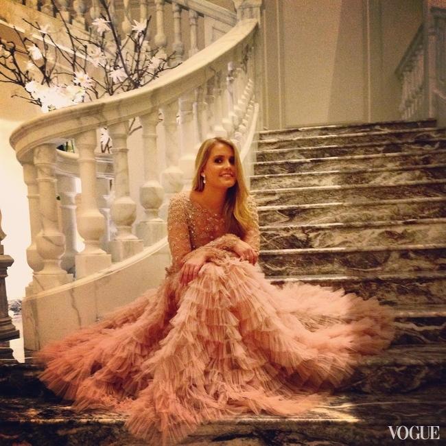 Блондинка в шикарном платье