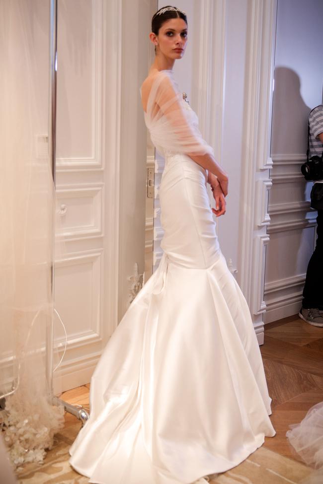 7075cd3f627 Юбку одного из платьев дизайнер полностью создала из перьев