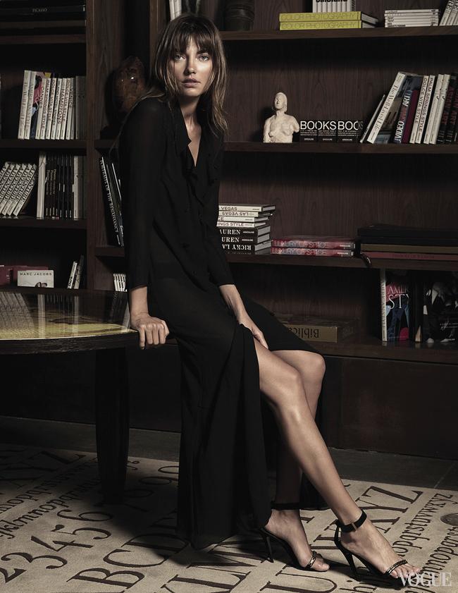 Платье из крепа, Chanel; кожаные босоножки, Céline