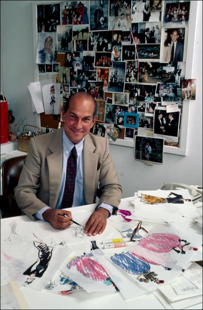 Oscar de la Renta with his designs, June 1985