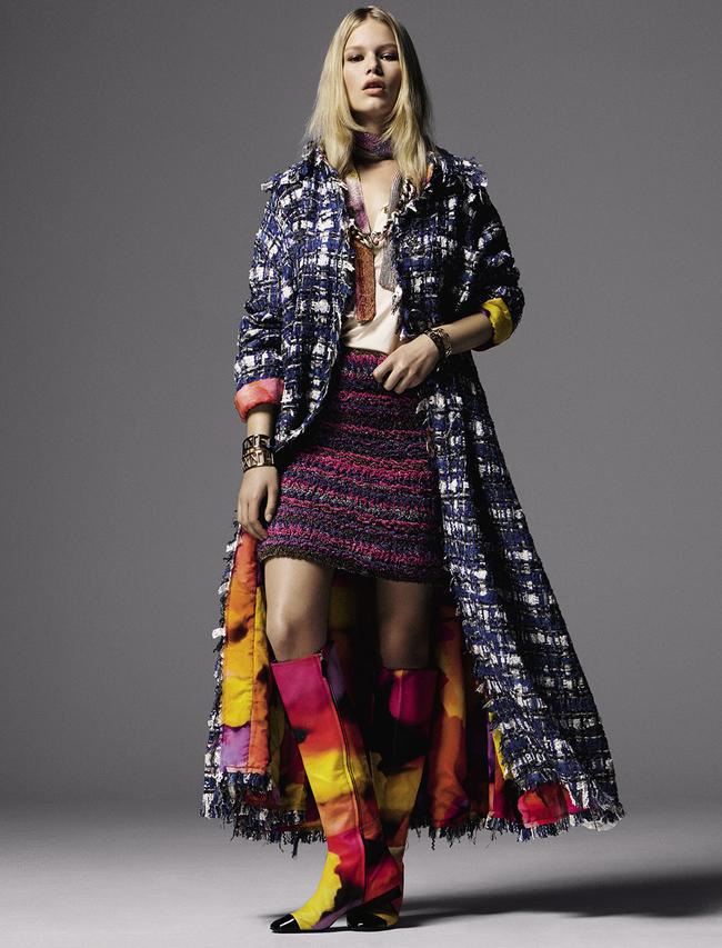 Пальто из твида, топ из шелка и джерси, шелковая юбка, кожаные сапоги, металлический пояс, надетый как колье, шарф из шифона, браслеты, металл, все – Chanel