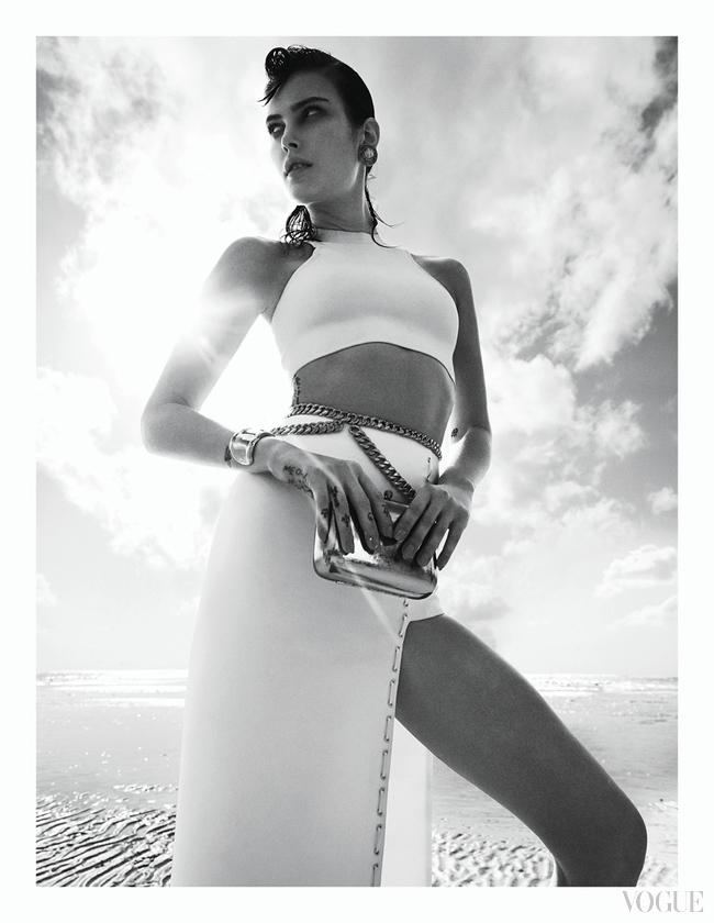 Шелковый топ, юбка из хлопка, все – Versace; металлический клатч, декорированный кристаллами, Marie Serpui; серьги, желтое золото, жемчуг, винтаж, металлический пояс, винтаж, все – Chanel, New York Vintage; браслет, желтое золото, Elsa Peretti for Tiffany & Co.