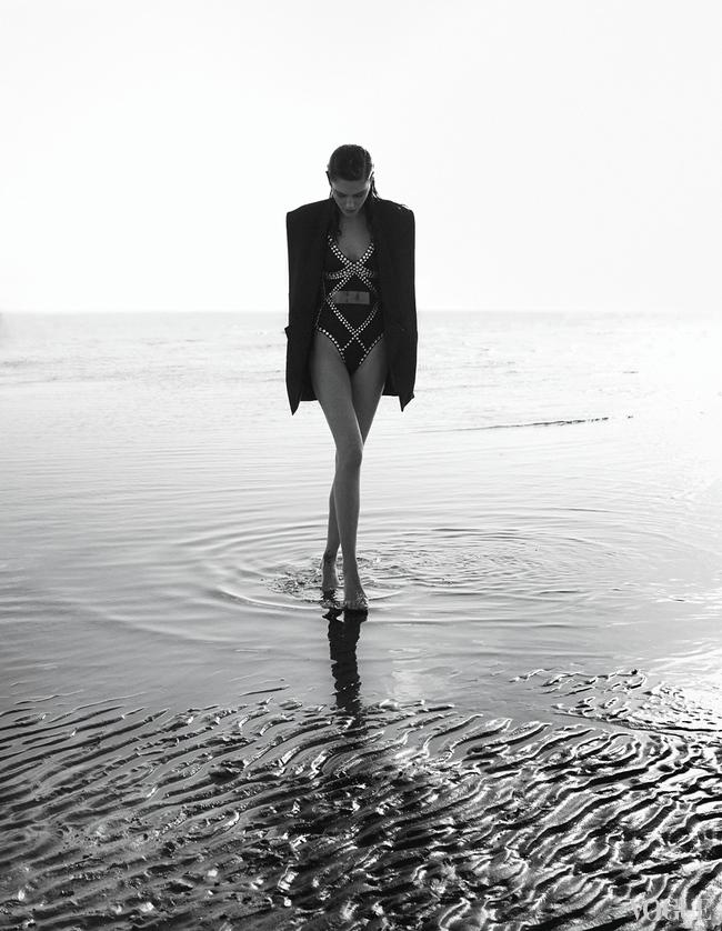 Жакет из шелка и атласа, Balmain; купальник из эластана, декорированный кристаллами, Norma Kamali