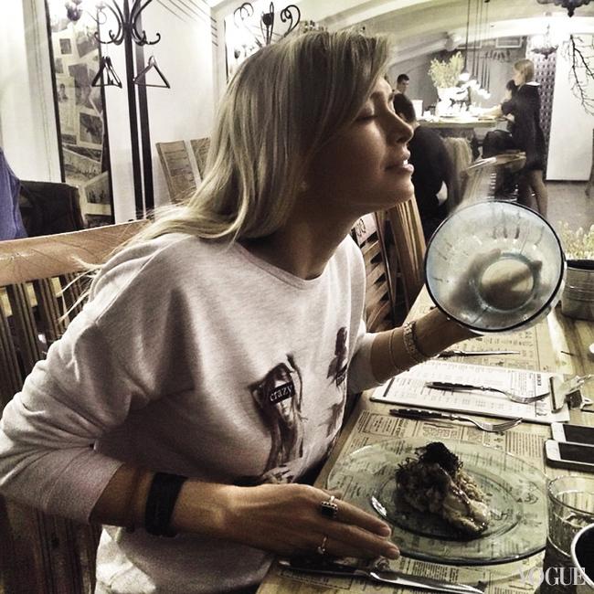 «Инстаграм» Веры Брежневой – сплошные селфи. Фотографии еды тут – большая редкость (@vbdiary)